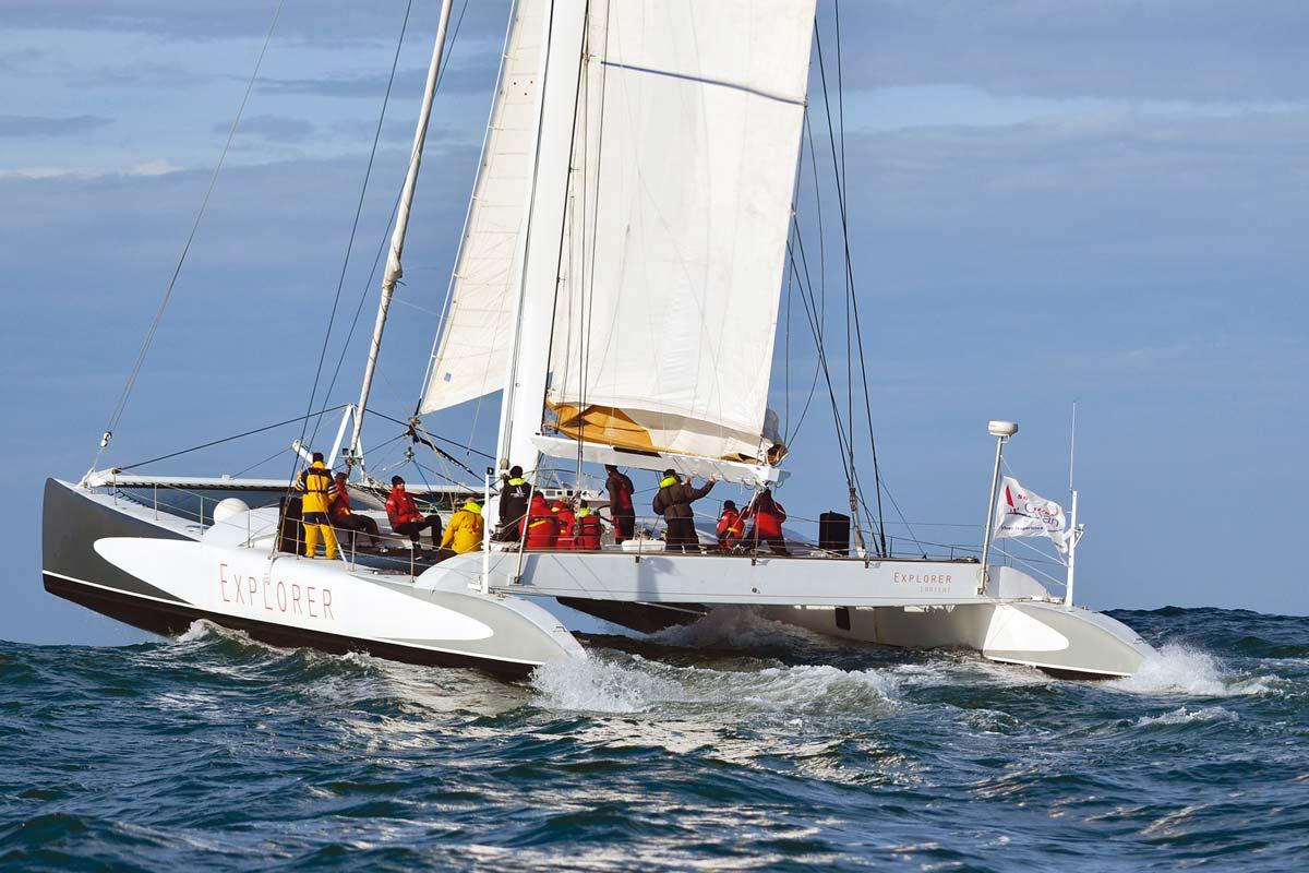 Location voiliers avec skipper maxi catamaran course avec équipage